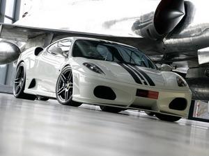 Обои Ferrari под крылом самолёта