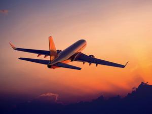 Обои Взлетающий самолёт на закате