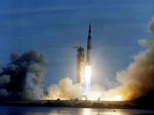 Обои Старт «Сатурна-5» с кораблем «Аполлон» к Луне