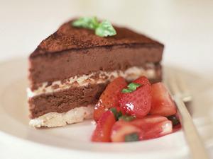 Обои Шоколадный торт с клубникой