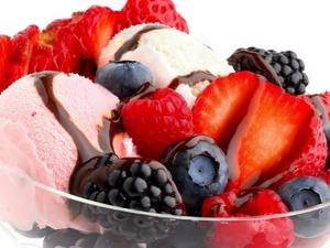 Обои Мороженое с ягодами