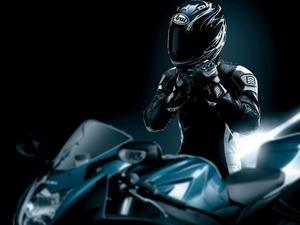 Обои Мотоциклист в защите