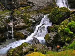 Обои Водопад на горной речке
