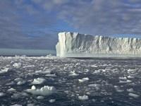 Обои для рабочего стола: Айсберг в океане