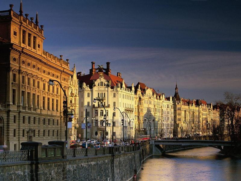 http://img.desktopwallpapers.ru/world/pics/praga-vltava.jpg